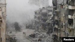 15일 시리아 홈스에서 내전으로 파괴된 건물 사이로 포연이 자욱하다. (자료사진)