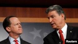 El senador Pat Toomey (izquierda) y el senador Joe Manchin han patrocinado un proyecto de ley sobre el control de armas.