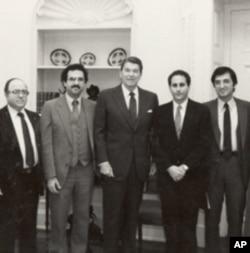 جیمز زوگبی سابق امریکی صدر رانلڑ ریگن کے ساتھ