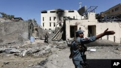 Pasukan keamanan Afghanistan memeriksa lokasi serangan bunuh diri di Kabul, Afghanistan, 6 September 2016 (Foto:AP Photo/Rahmat Gul)