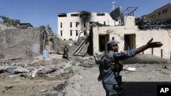 Pasukan keamanan Afghanistan memeriksa lokasi serangan bunuh diri di Kabul, Afghanistan, Selasa (6/9).