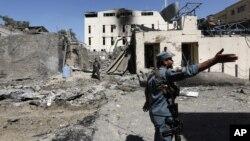 Lực lượng an ninh Afghanistan khám xét hiện trường vụ tấn công tự sát ở Kabul, Afghanistan, 6/9/2016.
