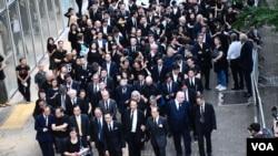 香港立法會法律界議員郭榮鏗估計約3千人參與法律界黑衣靜默遊行, 反對《逃犯條例》修訂。(美國之音湯惠芸拍攝)