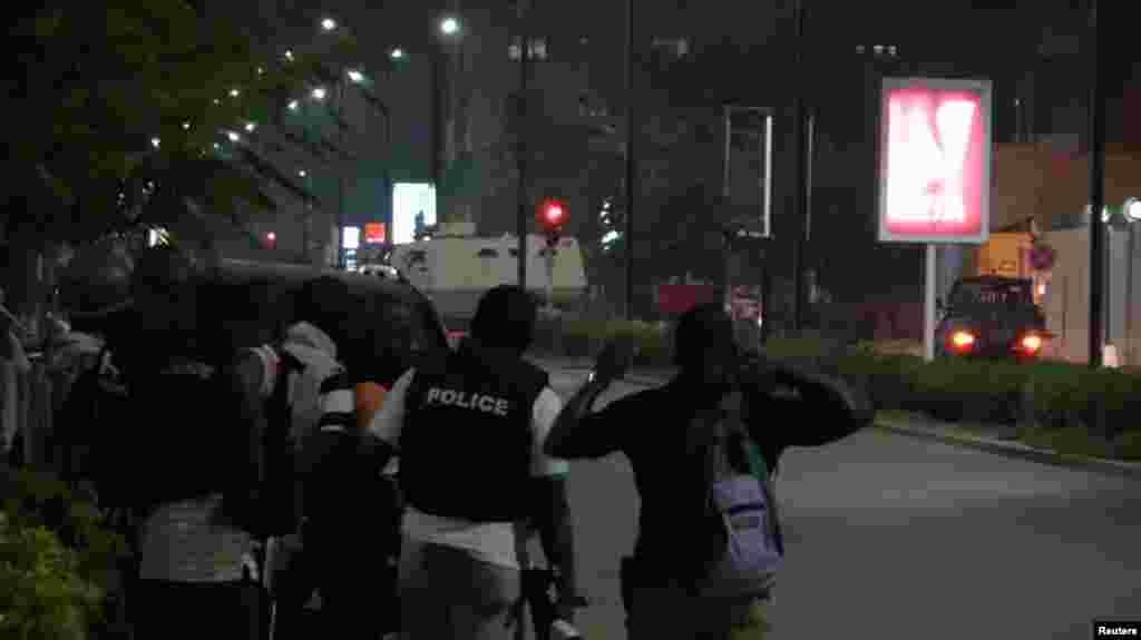 La police dans la rue après l'attaque d'hommes armés dans un café à Ouagadougou, Burkina Faso, le 13 août 2017.
