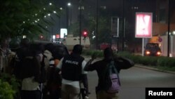 서아프리카 부르키나파소 수도 와가두구의 한 식당에서 13일 총격 사건이 발생한 가운데, 경칠이 형장에 출동했다.