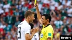 قاطعیت فغانی در بازی اولی که سوت زد، مورد تقدیر برخی قرار گرفت. در این صحنه او به توماس مولر از آلمان اخطار داد.
