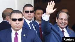 Abdel Fattah el-Sissi, le président égytien salue de la main à Suez, Ismailia, Egypte, 26 août 2015.
