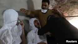 Supervivientes de un posible ataque con gas venenoso en la población de Khan Sheikhoun, controlada por rebeldes, en Idlib, Siria, reciben tratamiento. April 4, 2017. Reuters.