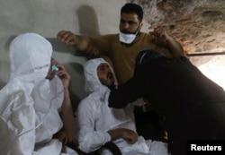 جمعی از افرادیکه تحت حملۀ گاز تخریب کنندۀ عصب قرار گرفته اند بااستفاده از ماسک آکسیجن گرفته تنفس می کنند.