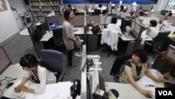 Para teknisi AhnLab, sebuah perusahaan keamanan web terkemuka di Korea Selatan, di markas besar mereka di Seoul (foto: dok).