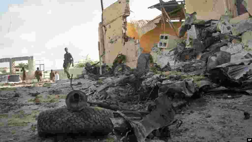 Un soldat somalien observe la scène de l'attentat à la voiture piégée perpétré par Al-Shabaab dans la capitale Mogadiscio, Somalie, 21 juin 2015.