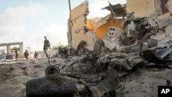 소말리아 정부군 병사들이 21일 알샤바브의 공격을 받은 정보부 청사 건물 주변을 감시하고 있다.