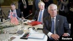 렉스 틸러슨(오른쪽) 미 국무장관이 11일 이탈리아 루카에서 진행된 주요7개국(G7) 외교장관회의에 참석하고 있다. 왼쪽부터 지그마어 가브리엘 독일 외무장관과 보리스 존슨 영국 외무장관.