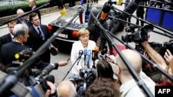 Thủ tướng Đức Angela Merkel nói chuyện với phóng viên báo chí khi bà đến dự cuộc họp thượng đỉnh của EU ở Brussels hôm 29/6/12
