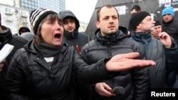 支持俄罗斯的人在顿涅茨克的地区政府外举行集会。