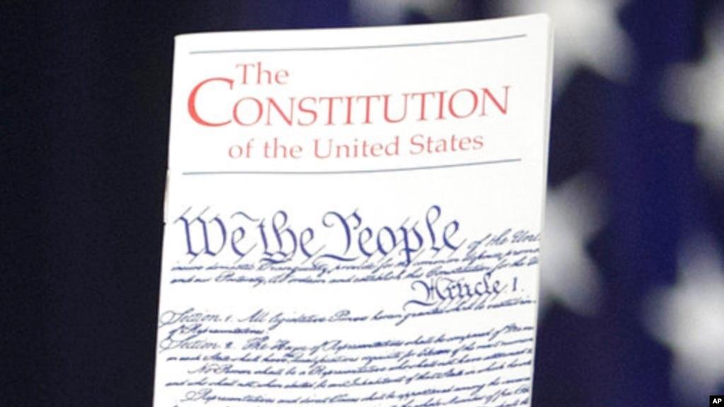 Tư liệu: Ảnh chụp ngày 23/3/2016. Một dân biểu Quốc hội giương cao văn bản Hiến Pháp Hoa Kỳ tại Điện Capitol ở Washington. (AP Photo/J. Scott Applewhite)