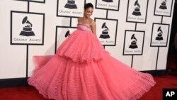 Rihanna ໃນງານລາງວັນ Grammy Awards ປະຈຳປີ ຄັ້ງທີ 57 ທີ່ສູນກາງ Staples, ໃນ Los Angeles, California, 8 ກຸມພາ 2015.