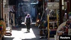Dükkanları gezinen bir Diyarbakırlı (Reuters - Ümit Bektaş, Mayıs - 2011)