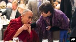 ທ່ານນາງ Valerie Jarrett ທີ່ປຶກສາອາວຸໂສຂອງປະທານາທິບໍດີ Barack Obama (ຂວາ) ສົນທະນາກັບອົງ Dalai Lama ໃນລະຫວ່າງ ພິທີສູດມົນພາວະນາແຫ່ງຊາດປະຈຳປີ ໃນຕອນຮັບປະທານອາຫານເຊົ້າ ຢູ່ທີ່ວໍຊິງຕັນ, ເມື່ອວັນພະຫັດທີ 5 ກຸມພາ 2015.