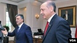 Presiden Turki Abdullah Gul (kiri) dan PM Tayyip Erdogan di Ankara (14/6). Jenderal Engin Alan dituduh terlibat dalam rencana kudeta terhadap pemerintahan PM Erdogan.