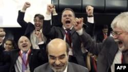 Ông Jose Graziano da Silva được các đại biểu chúc mừng sau khi đắc cử chức vụ tổng giám đốc FAO ở Rome, Chủ Nhật 26/6/2011