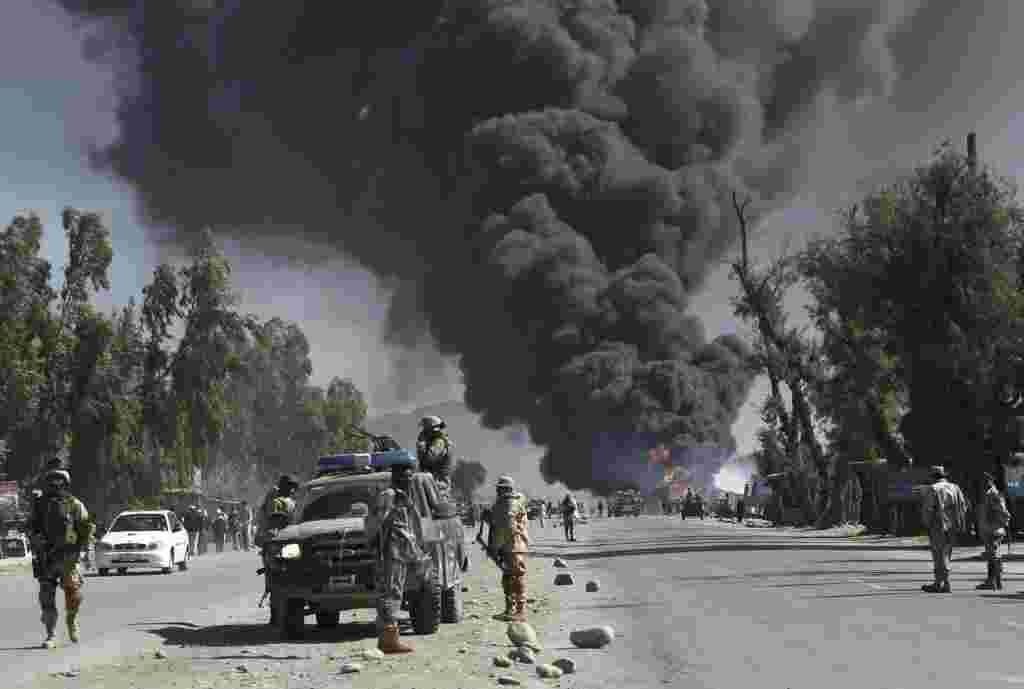 El Talibán instó a los afganos a atacar bases militares extranjeras en respuesta a la quema de los libros del Corán en una base de la OTAN, mientras continúan por tercer día las protestas por el incidente.