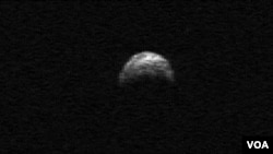 Gambar Asteroid 2005 YU55 yang diambil dari radar teleskop Arecibo Puerto Rico, 2010 (foto: dok). Asteroid 2005 YU55 mendekati bumi Selasa (8/11).