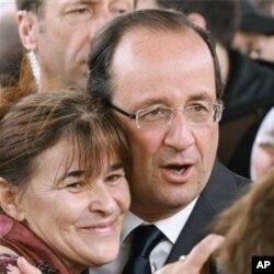 បេក្ខជនប្រធានាធិបតីខាងគណបក្សសង្គមនិយម Francois Hollande ថតរូបជាមួយអ្នកគាំទ្រ ថ្ងៃសៅរ៍ ទី០៥ ខែឧសភា ឆ្នាំ២០១២។