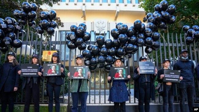 Sərhədsiz Reportyorlar-ın üzvləri Rusiyanın Parisdəki səfirliyi qarşısında