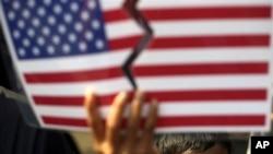 Muslimanski mladić drži oskrnavljenu američku zastavu tokom jučerašnjeg protesta ispred ambasade SAD u Džakarti
