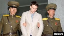 북한 최고재판소가 북한에 억류 중인 미국인 대학생 오토 웜비어(가운데) 씨에게 국가전복음모죄로 15년 노동교화형을 선고 했다고, 북한 관영 '조선중앙통신'이 보도했다.