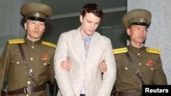 북한 최고재판소가 억류 중인 미국인 대학생 오토 웜비어(가운데) 씨에게 국가전복음모죄로 15년 노동교화형을 선고 했다고, 북한 관영 '조선중앙통신'이 지난 16일 보도했다.