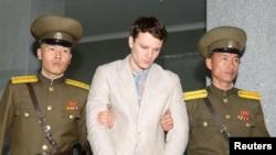 Otto Warmbier (giữa), một sinh viên Đại học Virginia bị giam giữ ở Bắc Hàn trong một bị áp giải ra tòa ở Bình Nhưỡng. Cái chết của anh đã gây phẫn nộ trong công chúng Mỹ nhưng Tổng thống Trump nói nó 'không vô ích.'