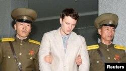 Otto Warmbier (giữa) bị Bình Nhưỡng tuyên án 15 năm tù lao động khổ sai về tội âm mưu chống lại nhà nước Bắc Triều Tiên.