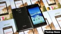 북한 김정은 국방위원회 제1위원장이 휴대전화 등 각종 전자제품을 생산하는 '5월11일 공장'을 현지지도했다고 조선중앙통신이 11일 보도했다. 사진은 이 공장에서 생산된 안드로이드 OS가 탑재된 것으로 보이는 스마트폰 '아리랑'.