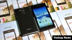 북한의 휴대전화 등 각종 전자제품을 생산하는 '5월11일 공장'에 안드로이드 OS가 탑재된 것으로 보이는 스마트폰 '아리랑'이 전시되어있다. (자료사진)