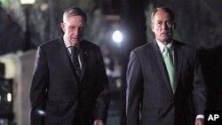 Le leader de la majorité démocrate au Sénat,Harry Reid (à g.), et le président de la Chambre des représentants, le républicain John Boehner (à dr.) à leur sortie de la Maison-Blanche.