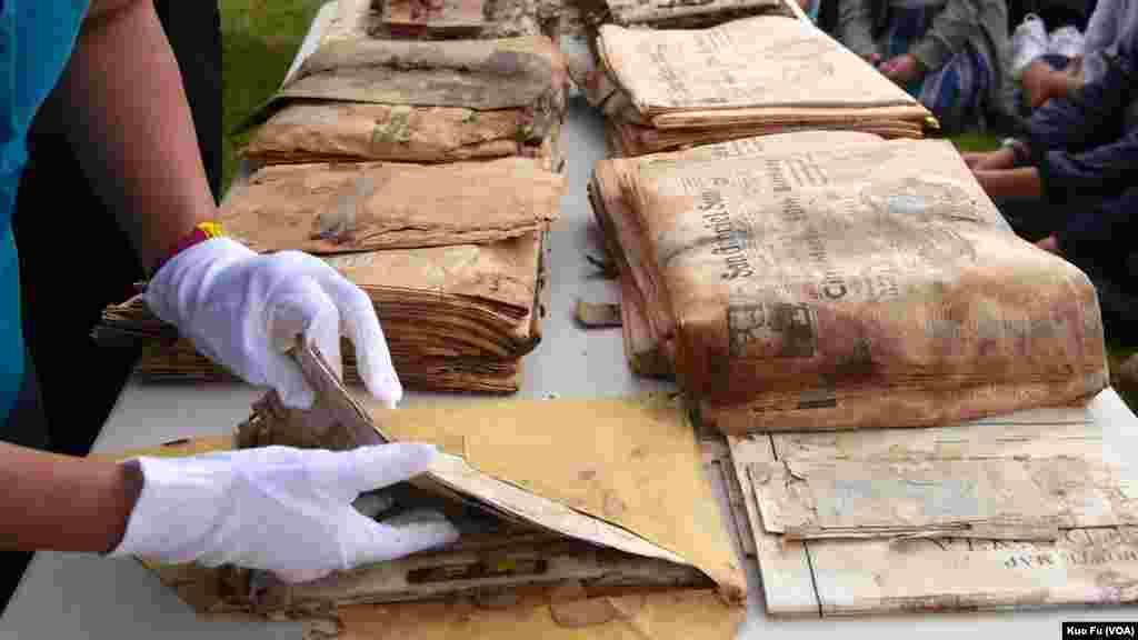 從棺木取出的報紙和文件(美國之音國符拍攝)