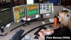 Dispatch supervisor Brenda Faxon at the Willamette Valley 911 Communications Center in Salem, Oregon. (VOA /T. Banse)