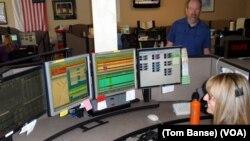 资深调度管理员布兰达•法克森和通讯中心主任马克•巴克霍尔兹在俄勒冈州首府塞勒姆的威拉米特河谷911通讯中心