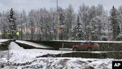 30일 규모 7.0의 강진이 발생한 알래스카 앵커리지에서 도로 일부가 내려앉았다.