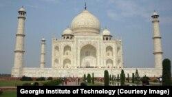 Đền Taj Mahal thu hút hàng triệu du khách mỗi năm.