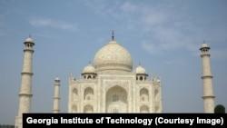 تاج محل د مغل واکمنۍ تر ټولو یوه ستره هنري برخه ده چې د هند د معمارۍ او ابادۍ یوه مهمه او تاریخي ودانۍ بلل کیږي.