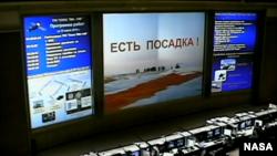 ¡Están en Tierra! es el mensaje que aparece en la pantalla de la Agencia Espacial Rusa, en Korolev, una vez los astronautas regresaron de una misión de seis meses.