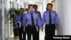 불법조업 중국어선 단속 강화대책 후속조치를 위해 13일 오후 세종시 국민안전처에서 열린 전국 해경 지휘관 화상회의에 간부들이 입장하고 있다.