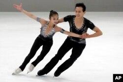 북한 피겨 스케이팅 염대옥, 김주식 선수가 지난해 9월 독일 오버스트도르프에서 열린 2017 국제빙상경기연맹 선수권 대회에서 연기하고 있다.