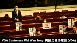 香港立法會2月19日舉行特別會議,讓議員就港府的抗疫措施提出緊急質詢,多名民主派議員批評港府表現嚴重失當 (攝影:美國之音湯惠芸)