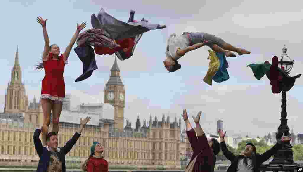 اجرای بازیگران و هنرمندان سیرک مقابل پارلمان لندن