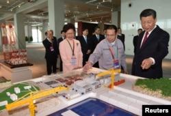 中国国家主席习近平和香港特别行政区行政长官林郑月娥2018年10月23日参加在中国珠海举行的港珠澳大桥开通典礼时,观看了这座大桥的模型。