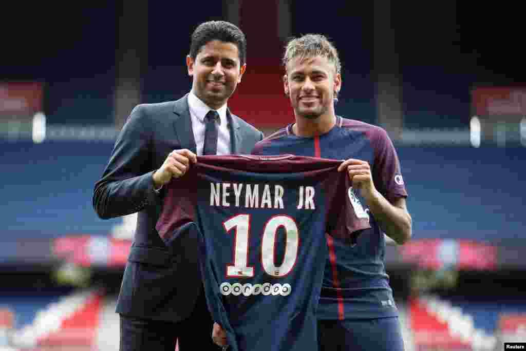 Neymar Jr, le président et chef de la direction Nasser Al-Khelaifi posent avec le maillot du club,le 4août 2017.